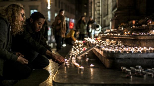 Bougies allumées en hommage aux victimes du 13 novembre
