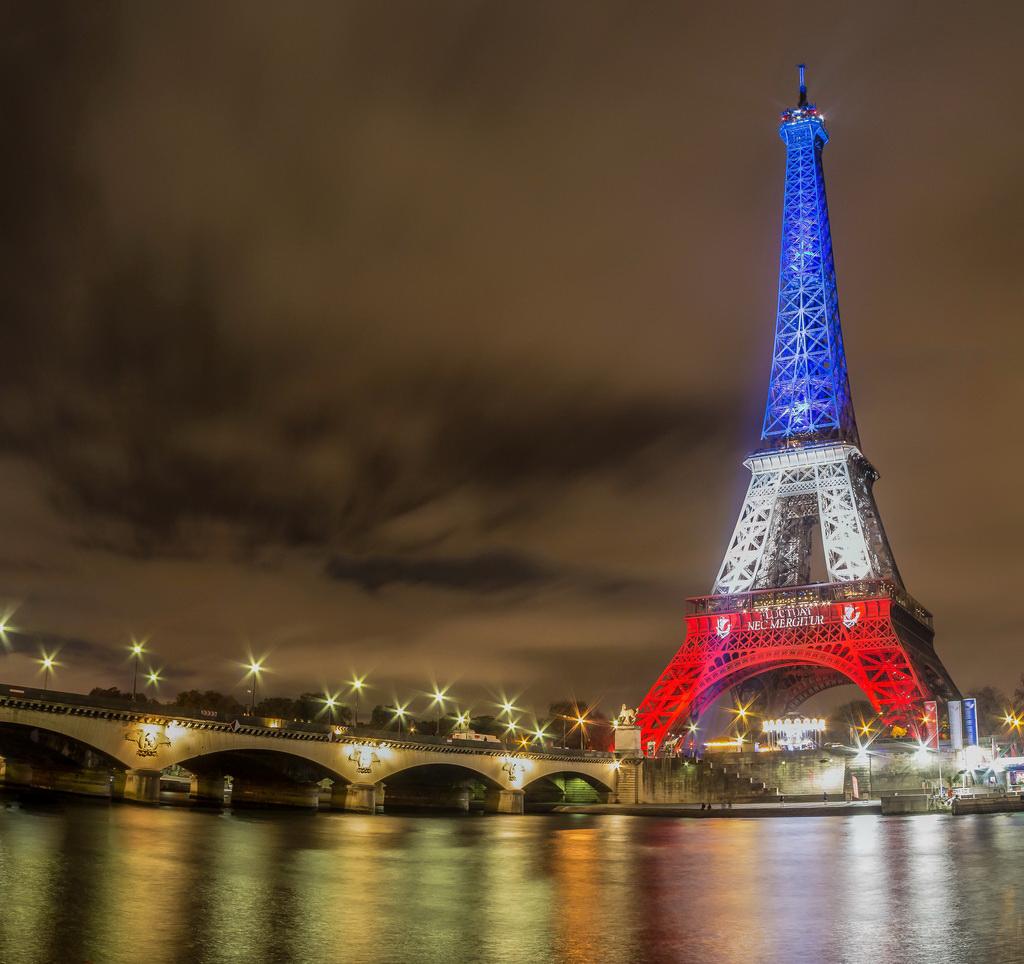La Tour Eiffel se part de son plus bel habit, celui de nos valeurs